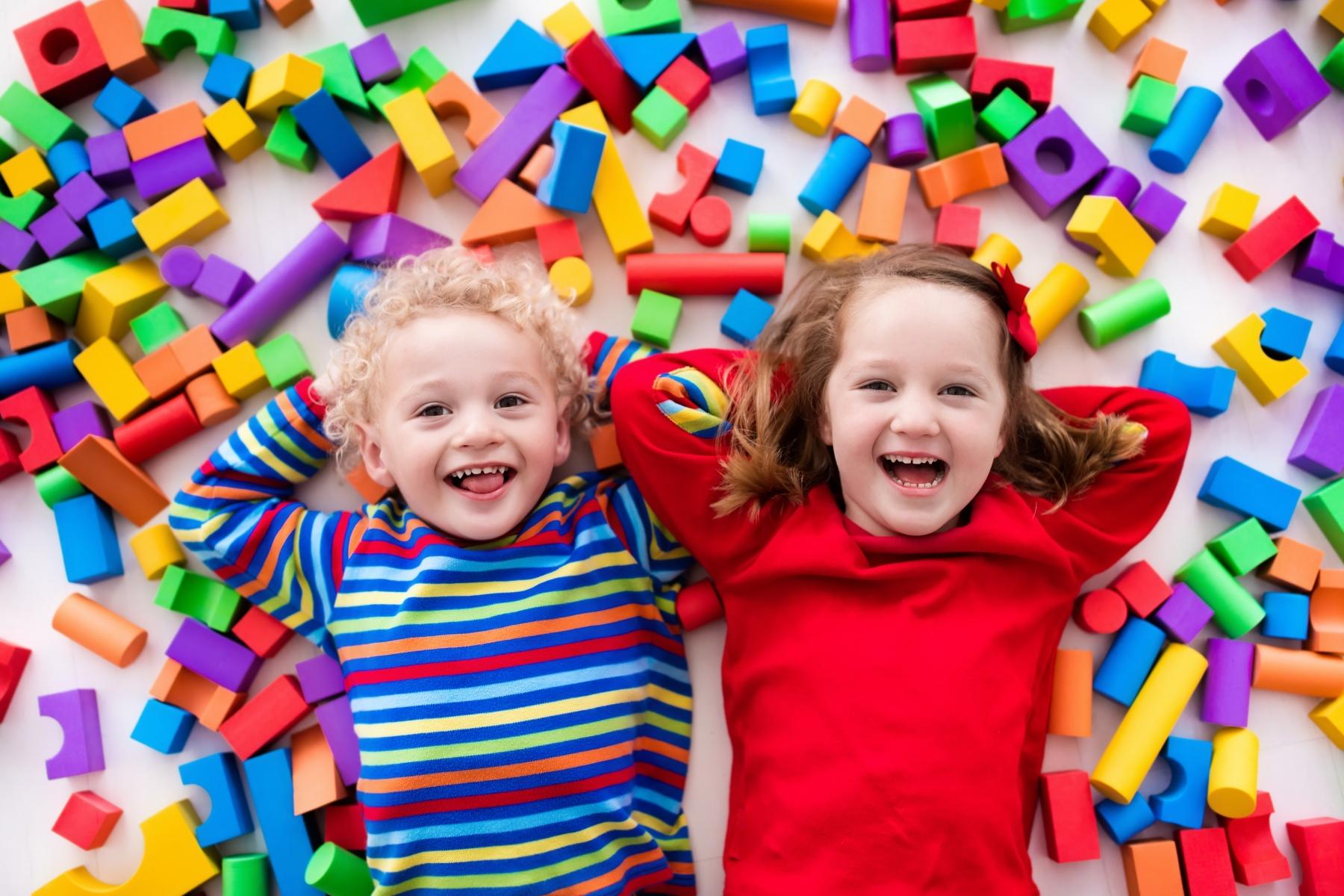 Trygga och glada barn bland inspirerande byggklossar