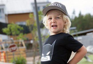 porträttbild av pojke i utomhusmiljö på förskolan