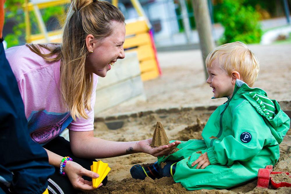 Pedagog leker i sandlådan på Pysslingen förskolor