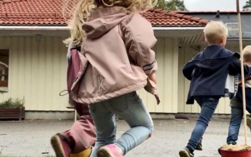 Barn på Pysslingen förskolor springer på rörelsedagen