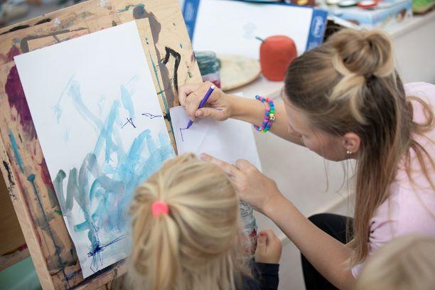 Barn målar med pedagog på Solängens förskola
