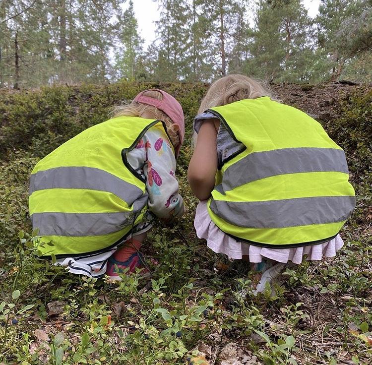 nyfikna barn undersöker något i skogen