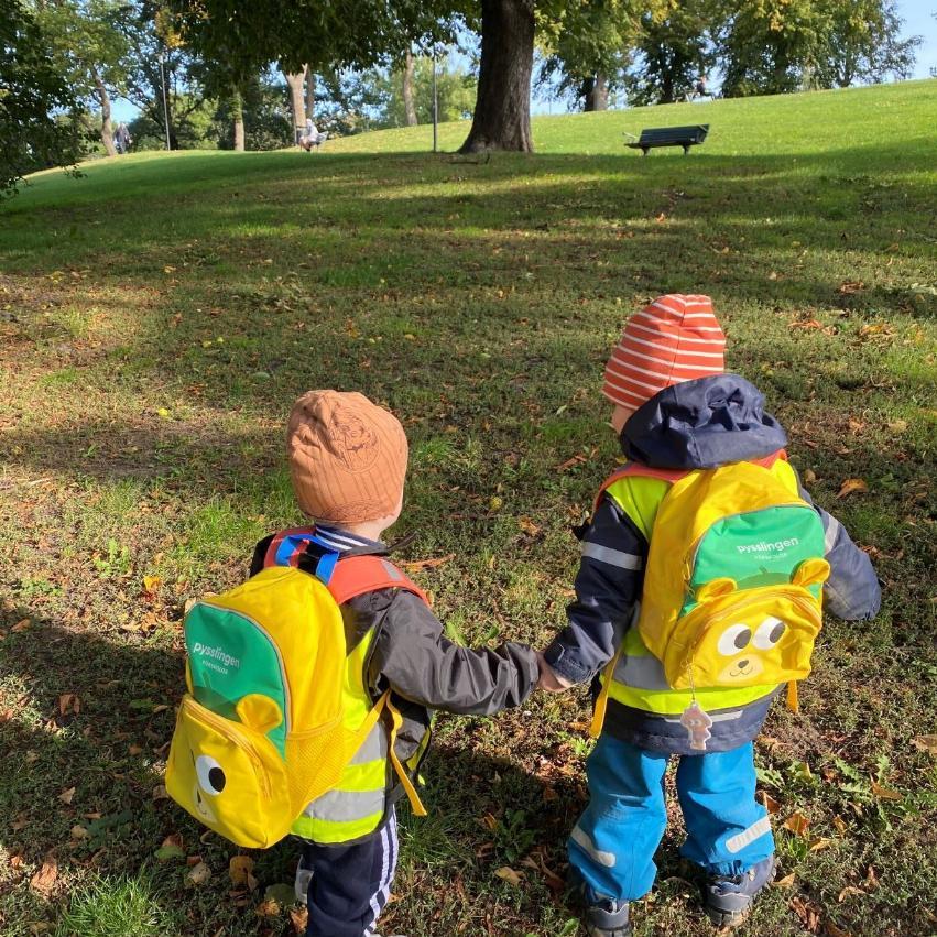 Barn på inskolning med Pysslingens ryggsäck