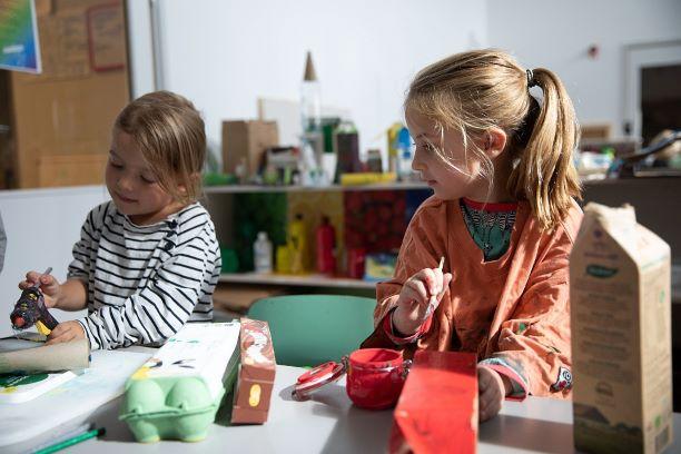 Flickor skapar på förskola