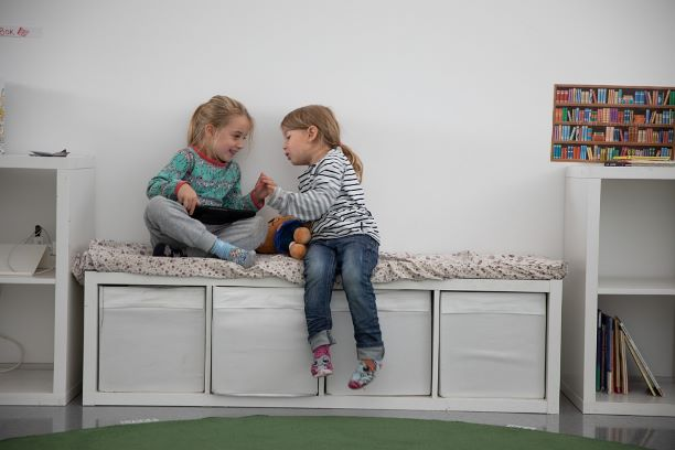Två femåringar läser bok på förskola