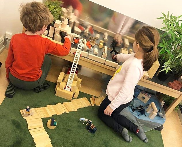 Barn som bygger en stad i lärmiljö på förskola