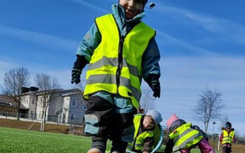 barn som går, leker och rör sig på fotbollsplan