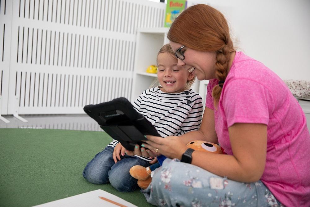 Barn på förskola läser digital bok