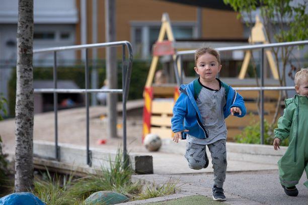 Pojke springer på förskola